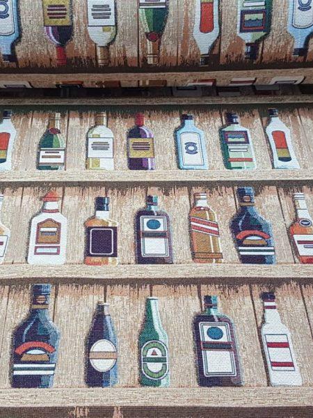 ύφασμα επίπλωσης με απεικόνιση ράφια με μπουκάλια ποτών σε μπάρ