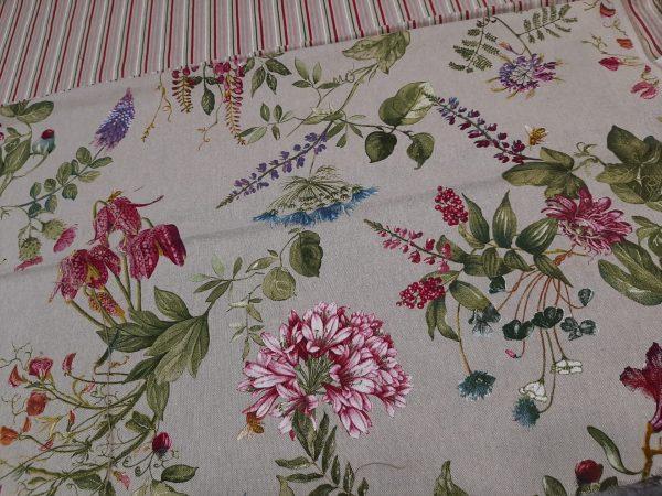 ύφασμα με λουλούδια ρόζ φούξια σε μπέζ βάση τύπου λινό ύφασμα συνδυασμένο με ριγέ αντίστοιχα χρώματα