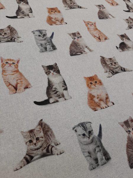 ύφασμα τύπου λινό σε μπέζ φόντο με φωτογραφίες γάτες
