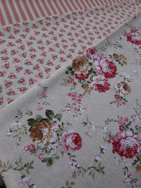 υφάσματα με λουλούδια ροδί κόκκινα συνδυασμένα μεγάλα μπουκέτα και μικρά λουλουδάκια τύπου Λώρα Άσλευ σε μπέζ φόντο.