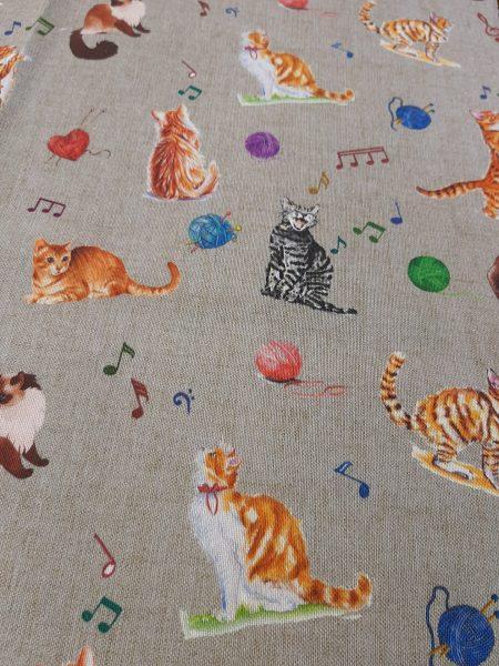 Ύφασμα τύπου και χρώματος λινό με γατούλες που παίζουν και σκόρπιες μουσικές νότες