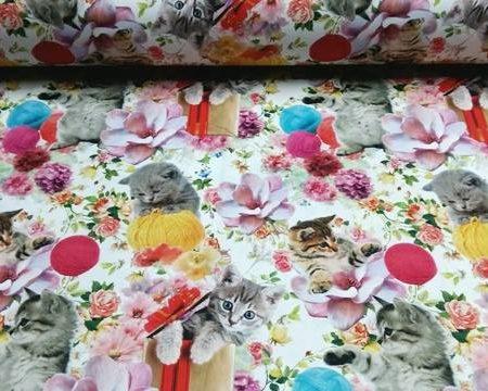ύφασμα με στυγμιότυπα γατούλες που παίζουν με χρωματιστά κουβάρια πλεξίματος σε λευκό φόντο