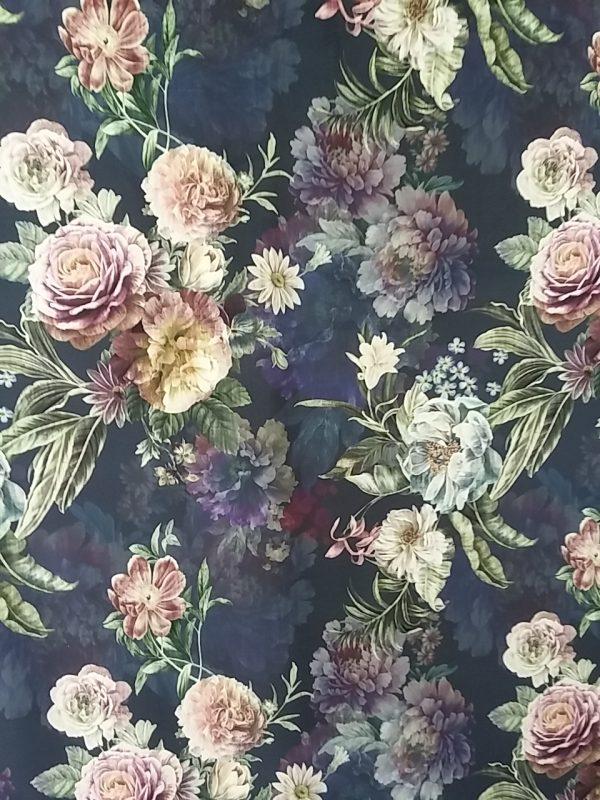 Ύφασμα βελουδο με μπουκέτο λουλούδι παστελ χρώματα κύρια μώβ λιλά σάπιο μήλο και απαλό λαδί φύλλα σε βάση μπλέ ναυτικό με σκιές μπουκέτα