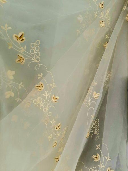 κουρτίνα με το μέτρο σε χρώμα εκρού-κίτρινο-σαμπανί με αναγλυφο κέντημα αναριχώμενου λουλουδιού σε 3 μέτρα ύψος με βαρίδι