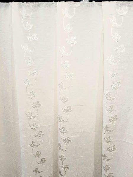 ύφασμα κουρτίνας λευκό εκρού ελαφρά τσαλακωτό με σχέδιο γραμμικό αναριχώμενων κλαδιών με φύλλα στο ίδιο χρώμα ζακαάρ σε 3 μέτρα ύψος με βαρίδι