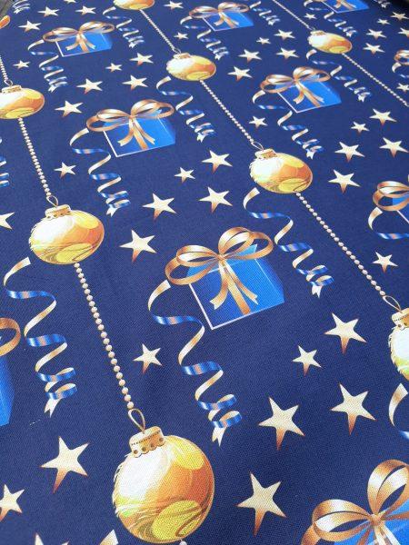 χριστουγεννιάτικο ύφασμα βαμβακερό μαλακό καραβόπανο σε μπλέ φόντο με χρυσά αστέρια μπάλες χριστουγέννων και δώρα με χρυσές κορδέλες σε 2.80 φάρδος για τραπεζομάντηλο, κουρτίνα, ράννερ