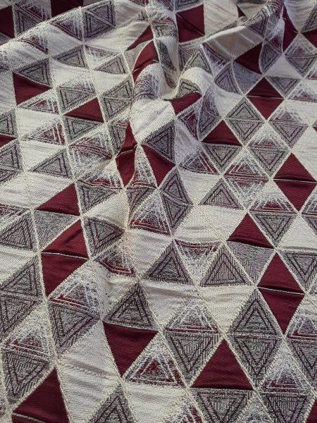 ύφασμα ταφτάς ζακάρ με γεωμετρικό σχέδιο ρόμβο-τρίγωνο σε γκρί μπορντώ και άσπρο του πάγου σε 3 μέτρα ύψος για κουρτίνα ,ράνερ και κάθε διακόσμηση