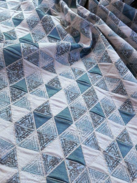 ύφασμα ταφτάς ζακάρ με γεωμετρικό σχέδιο ρόμβο-τρίγωνο σε γκρί τυρκουάζ-πετρόλ και άσπρο του πάγου σε 3 μέτρα ύψος για κουρτίνα ,ράνερ και κάθε διακόσμηση