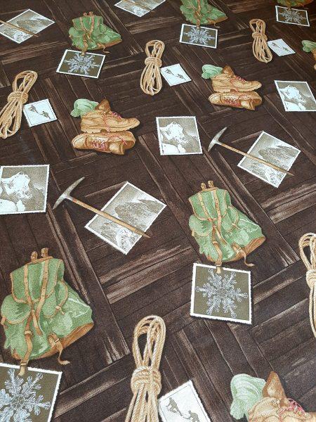 ύφασμα καραβόπανο σε 1.40 φάρδος ορειβατικά αντικείμενα σε φόντο ξύλινου καταφύγιου