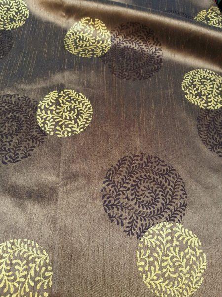 ύφασμα ταφτάς καφέ με καφέ-σαμπανίχρυσο έθνικ στρογγυλά σχέδια σε 3 μέτρα ύψος