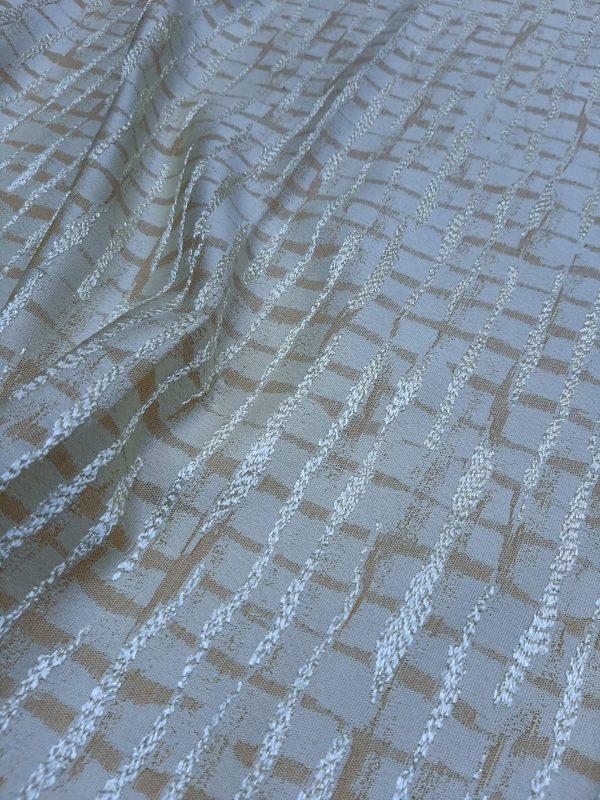 ΎΦΑΣΜΑ ΤΑΦΤΆΣ εκρού-σαμπανί με χρυσό-λαδί σχέδιο ζακάρ οριζόντια και κάθετα διάσχιση σε 3 μέτρα φάρδος (ύψος)