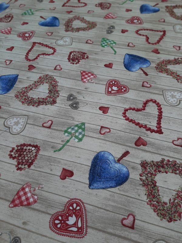 ύφασμα με ποικιλία καρδιές στολίδια πάνω σε ξύλινο μπέζ παρασκήνιο